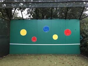 Tennismuurtje opgeknapt